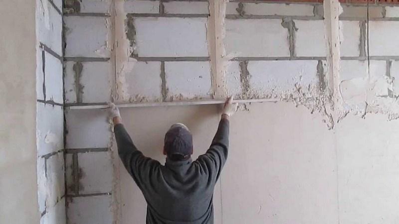 Выравнивание стен с помощью штукатурной смеси